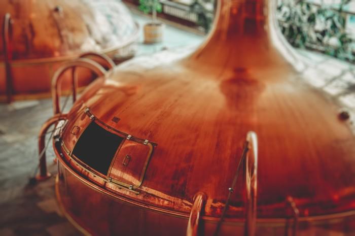 schwerer Braukessel aus Kupfer in einer großen Brauerei